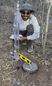 Prof. Ilyas medindo infiltração da água no solo